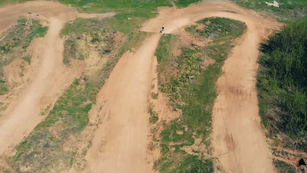 Egy motoros mutatványokat, while lóverseny, felső Nézd teszi