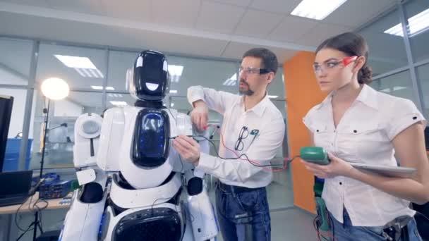 Lidé pracují s ampér metr na robota