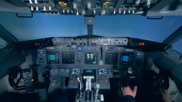 Flugsimulatorkabine mit einem Piloten und einem Zivilisten darin