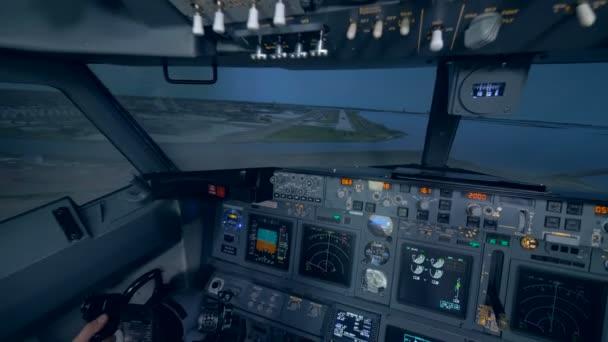 Zwei Männer landen ein Flugzeug in einer Flugsimulation