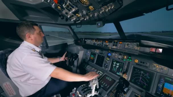 Ein Flugsimulator demonstriert den Startvorgang unter der Kontrolle des Fluglehrers