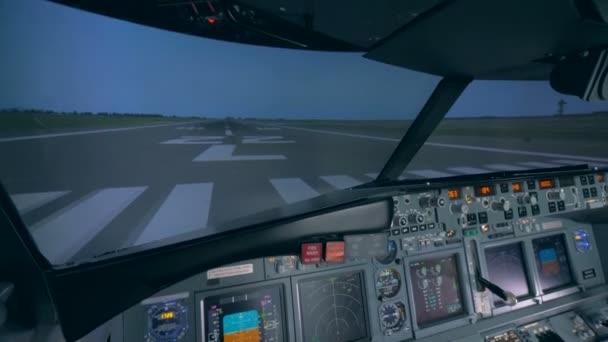 Voll ausgestattetes leeres Cockpit eines Flugsimulators