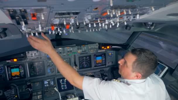 Flieger schaltet vor dem Flug die Knöpfe auf der Oberseite des Cockpits um