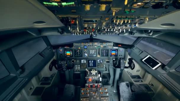 Cockpit eines funktionierenden Flugzeugs, in dem niemand sitzt