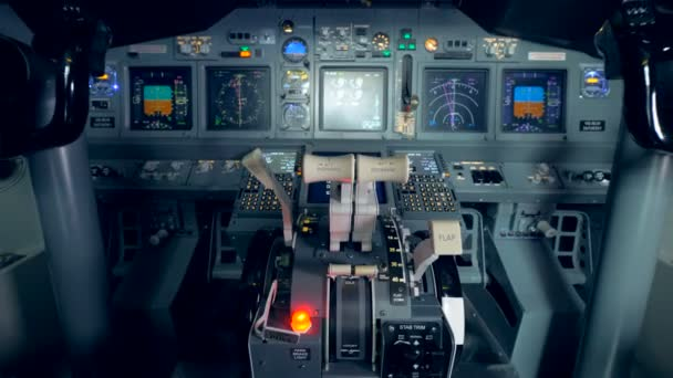 Nahaufnahme eines Gashebel verändert intro eine allgemeine Ansicht eines Flugzeugcockpits