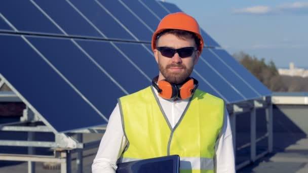 Mužské inženýr stojí na pozadí solární prvky. Portrét