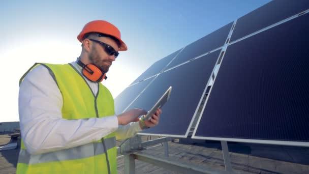 Odborník je regulační práce solární pole s jeho tabletový počítač. 4k