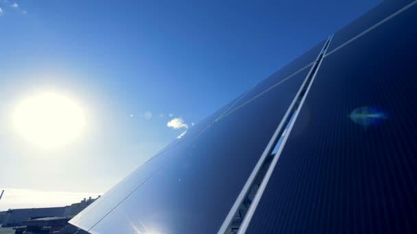 Šikmého povrchu solární pole nachází venku. Zelené energetické koncepce