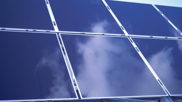 Obloha se odráží na povrchu obdélníkové solárních modulů. Solární Panel farma