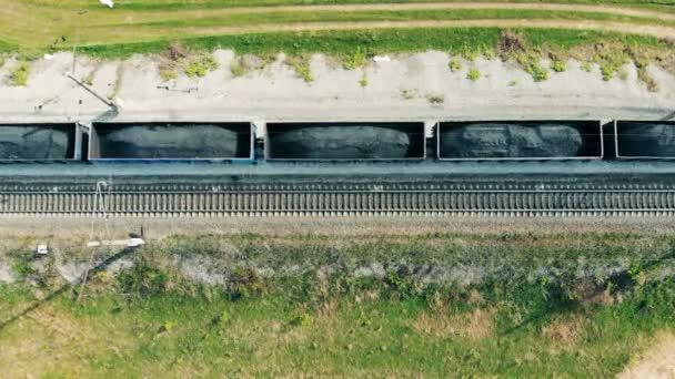 Vagóny s uhlím jít na dráze, pohled shora