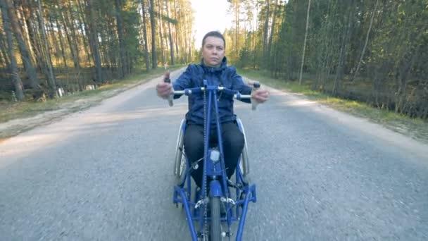 Čelní pohled člověk postižený školení ruce speciální vozíku