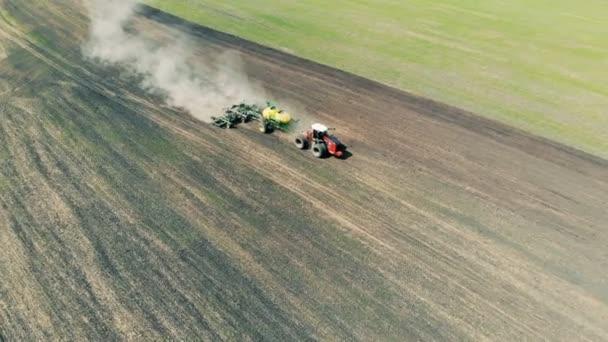 Venkovské vůz jezdí na pole, pohled shora.