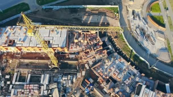 Jeřáby věžové pracovní. Byt ve výstavbě, letecký pohled. 4k.