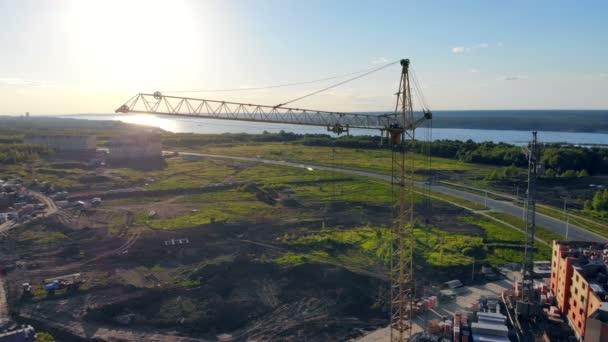 Stavební jeřáby jsou na místě, zatímco budování nových domů. 4k