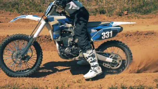 Autobike vedený profesionálním motocyklista rozjetí zpomalené