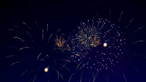 Vybuchující ohňostroj na noční obloze.