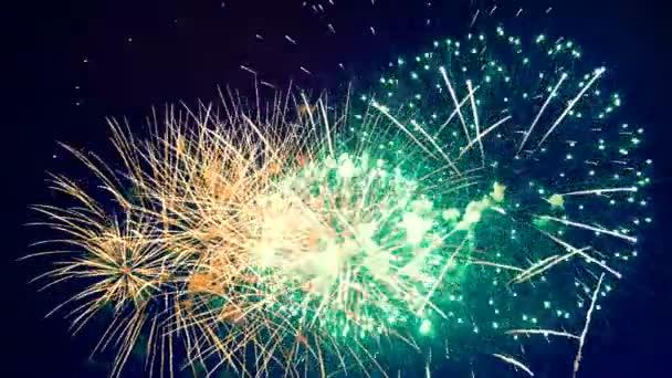 Viele Feuerwerkskörper explodieren bei einer Party.