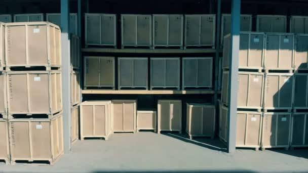 Velké skladovací boxy, zblízka