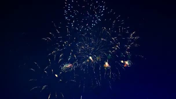 Zlaté ohňostroje explodovat v noci.