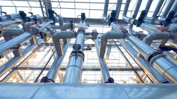 Rohrsystem in einem Gewächshaus, Ansicht von unten.