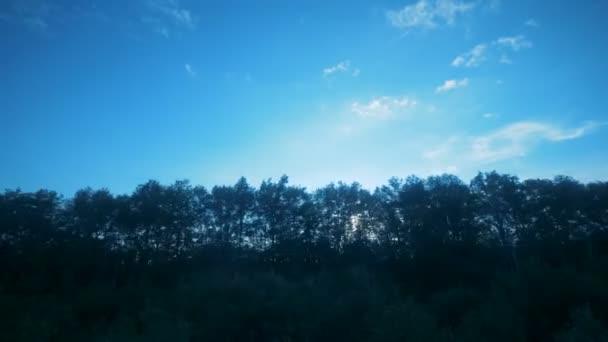 Přírodní krajina za sklem z pohybujícího se objektu. Železniční cesty koncept