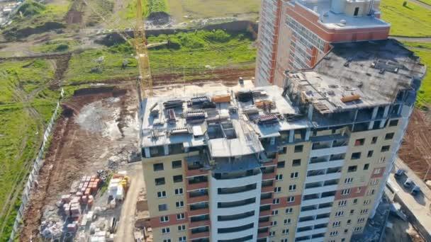 Dvě vícepodlažní domy stojí uprostřed přírody. Stavební pozemky, stavební oblast, oblast webu shora.