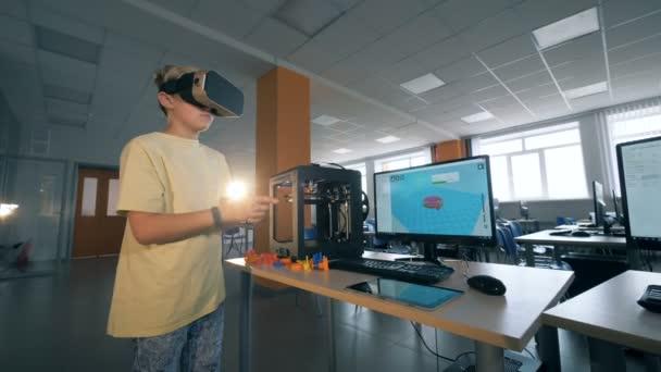 Aufgeregt schulkind 3D-Technologie mit virtual-Reality-Brille in drei dimensionale Drucken Labor untersuchen. 4k.