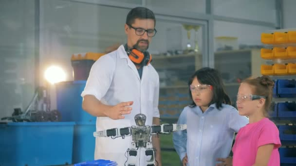 Školní věda učitel ukazuje chytré děti technolgies robotiky. 4k
