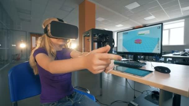 Grundschülerinnen in 3D-Virtual-Reality-Brillen studieren innovative Technologien im Schullabor. 4k.