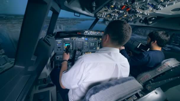 Flugzeugpilotenausbilder und ein Mann leiten Flugsimulationsprozess