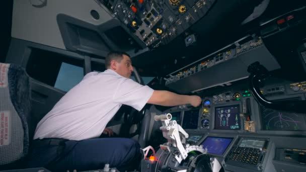 Berufspilot dreht Blinker auf Cockpit-Kabinendeck.