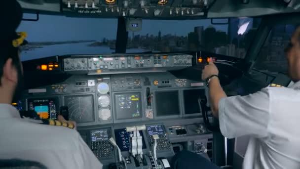 Landetraining im Flugsimulator. moderner Innenraum für Passagierflugzeuge.