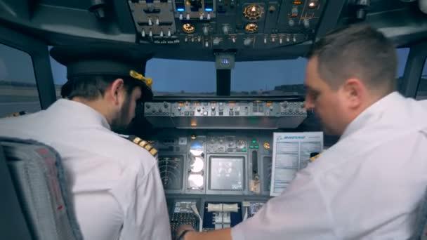 Luftfahrtexperte weist anderen Piloten vor dem Flug ins Cockpit ein