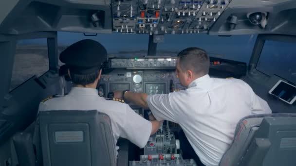 Flugzeugpilot drückt Schubhebel für Motorsteuerung