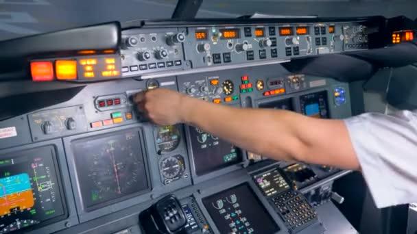 Anzeigen einer Flugzeugkonsole werden vom Piloten ein- und ausgeschaltet