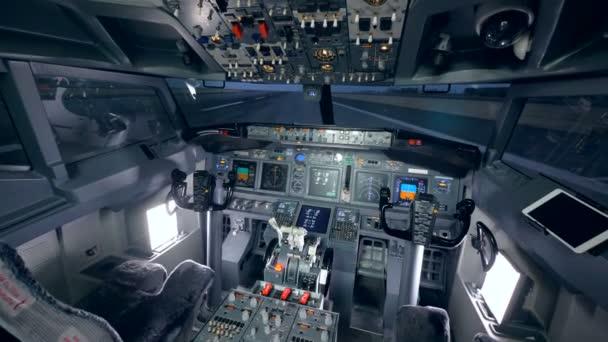Innenaufnahmen eines Cockpits eines Flugzeugs