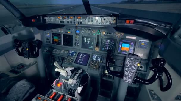 Innenraum eines funktionierenden Cockpits eines Flugzeugs. leeres Cockpit eines Flugzeugs. 4k.