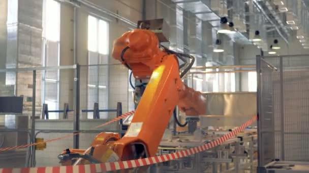 Moderní robotické rameno pracuje v továrních halách.