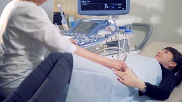 Ultraschall-Verfahren bei schwangerer Frau mit Hilfe von Spezialgeräten