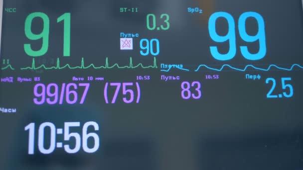Detail osoby srdeční frekvence na monitoru,