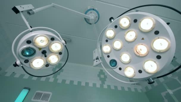 Dvě fungující zdravotnické lampy, zavěšené pod stropem