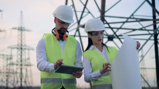Práce inženýrů na elektrické vedení, zblízka