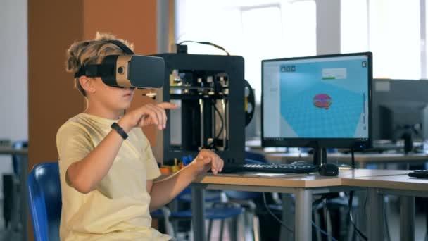 Zukunftsweisendes Bildungskonzept. Junge mit Virtual-Reality-Brille für die Wissenschaft.