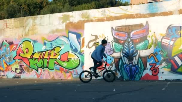 Městské zem s mladým mužem, jízda Bmx