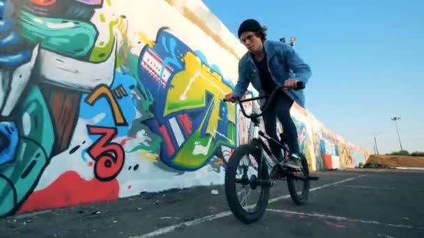 Jízda na kole a skákání na něm muž cyklista