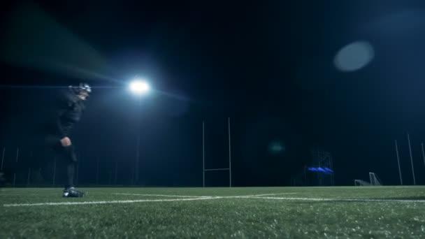 Amerikai-futball játékos ugrik át egy másik játékos szépségversenyt, egy üres mező.