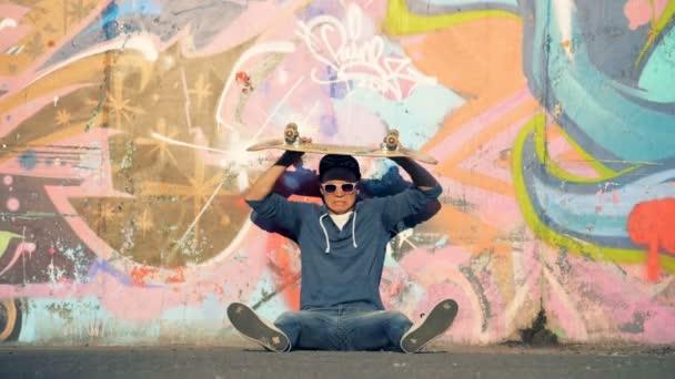 Ein Skater Wegwerfen von seinem Brett, Slow-motion.