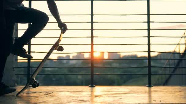 Teenager in einem Park, Slow-Motion Skaten.