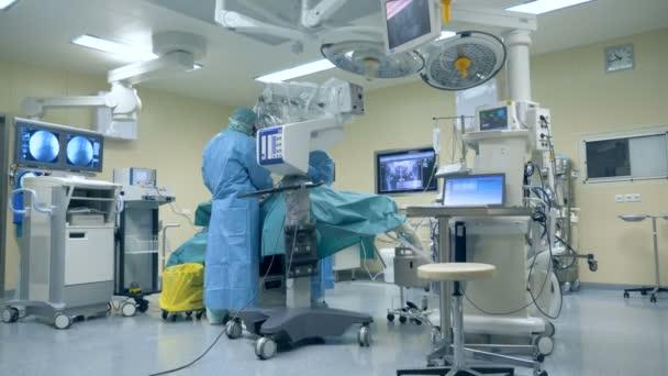 Moderne op mit medizinischer Ausrüstung, chirurgische Roboter. Innovative Medizin-Konzept.