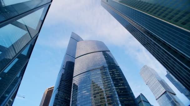 Blick von unten auf hoch aufragende städtische Wolkenkratzer. rote epische Kinokamera geschossen.